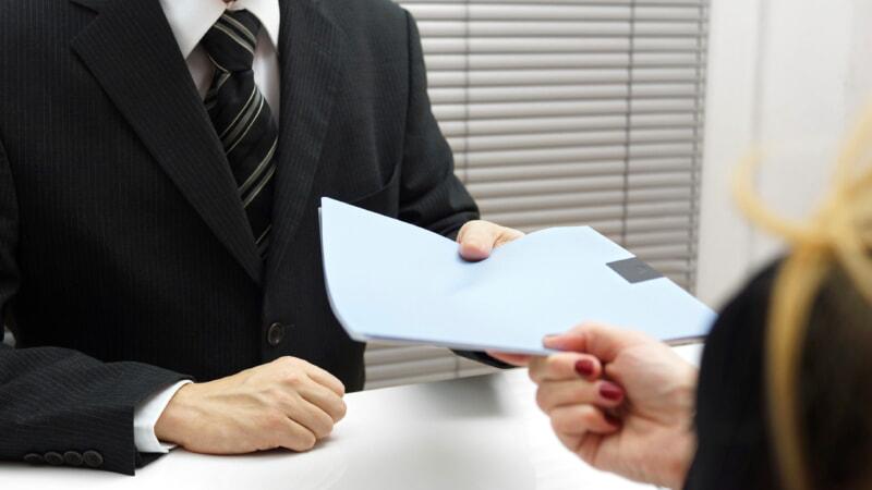 Подает документы