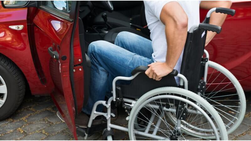 Мужчина в инвалидной коляске